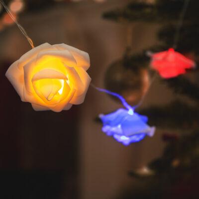 LED fényfüzér (rózsa, 10 LED, 1,9 méter, színes, 2 x AA)