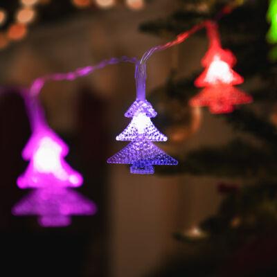 LED fényfüzér, színes fenyőfa (20 LED, 2,3 méter, 3 x AA)